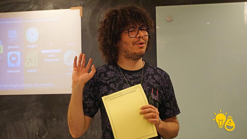 """Felipe Brito desafia os cursistas a criar na """"tela"""" em branco no papel. durante a formação do Proflab"""
